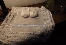 PAÑUELOS DE BAUTIZO / Pañuelo que lleva en el bautizo de los bebes, la madrina o el padrino, y casi siempre con el nombre bordado del niño bautizado, para secar la cabeza despues de recibir el sacramento.