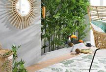 Urban Jungle / Was den Urban-Jungle-Trend ausmacht? Zuallererst die Farbe Grün. Diese spiegelt sich in den Pflanzen und Dekorationen immer wieder. Passende Accessoires zum tropischen Trend dürfen natürlich nicht fehlen. Botanikprints auf beispielsweise Kissen, Vorhängen, Bettwäsche oder als Wandbild verstärken das Dschungel-Feeling. Natürliche Materialien wie Holz, Bast, Rattan oder Leinen runden den Look ab