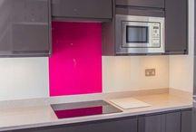 Glazen achterwand kleur combinatie - Splashback colour combination / Wanneer een glazen achterwand uit meerdere delen bestaat is het mogelijk om de losse platen een andere kleur te geven. Zo kan je er voor kiezen om het kookgedeelte of een andere deel in de keuken te benadrukken met een afwijkende kleur!