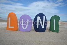 ZILELE SAPTAMANII IN LIMBA ROMANA / Colourful stones composition on the beach of the week's days