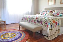 Quartos de solteiro, modernos e coloridos / Procurando inspirações para seu quarto de solteiro, mesmo que a sua cama seja de casal? Aqui você encontra diversas ideias para deixar o quarto bem jovem e colorido, independente da sua idade!