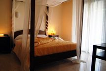 Suites ~ sea view / Στο κεντρικό κτίριο, οι δύο σουίτες του ξενοδοχείο προσφέρουν πανοραμική θέα στο Ιόνιο. Αυτή η ευρύχωρη σουίτα ενός υπνοδωματίου προσφέρει τα εξής: κρεβατοκάμαρα με κρεβάτι με ουρανό και όμορφη θέα στη θάλασσα, ένα κυρίως μπάνιο με μπανιέρα ή ντουζιέρα υδρομασάζ, στεγνωτήρα μαλλιών, θυρίδα ασφαλείας, κεντρικό κλιματισμό ψύξης και θέρμανσης για όλους τους χώρους της, τηλεόραση, τηλέφωνο.