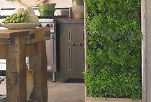 Jardines verticales. / Los jardines verticales son un concepto del diseño de paisaje que tiene un origen muy antiguo. Actualmente es un concepto que cada vez se aplica más, tanto en fachadas de edificios como de hogares, también como una forma de realizar esculturas verdes y vivas en espacios públicos urbanos.