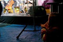 FOTO SIN ROSTRO / En esta foto se intentó expresar el embeleso de Emilia (5 años) escuchando una orquesta de cámara y al mismo tiempo acariciando su cabello en un rinconcito sin molestar...