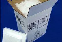 Zestawy suchego lodu / Zestawy suchego lodu o zawartości: 4 kg, 7 kg, 10 kg suchego lodu najczęściej zamawiane są przez odbiorców indywidualnych. 4 kg suchego lodu oraz większy zestaw zawierający 7 kilogramów suchego lodu jest najczęściej zamawiany na piątek lub sobotę. Zestawy suchego lodu kupowane są na imprezy domowe typu imieniny, urodziny. Większe zestawy suchego lodu o zawartości: 15 kg, 20 kg lub 30 kilogramów suchego lodu dostarczane są do firm w całym kraju.