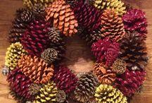 jesienny wieniec z szyszek