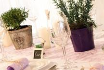 """Provence   Tischdeko zur Hochzeit / Unsere Tischdeko """"Provence"""" lässt eure Hochzeitstafel in einem mediterranen Flair erstrahlen. Frischer Rosmarin ergänzt die in Flieder gehaltene Tischdekoration perfekt. Kleine Feinheiten wie Tischkarten als Klammer in Herzform vollenden diesen Hochzeitstisch. Erhältlich unter meine-hochzeitsdeko.de"""