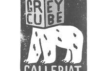 Grey Cube Galleriat / Korkeasaaren kauan tyhjillään olleet karhulinnat muuntuivat paikkasidonnaisen nykytaiteen näyttämöiksi keväällä 2014 ja saivat nimekseen Grey Cube Galleriat. Näyttelyohjelmisto ja Grey Cube Festival ovat saaneet innoitusta karhulinnojen historiasta ja paikan identiteetistä. Grey Cube Galleriat sijoittuvat valkoisen kuution (white cube) ja mustan laatikon (black box) välimaastoon ammentaen molempien taiteiden perinteestä.