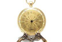 Delage-Porto, Raro Relógio Mercado Português, ca. 1850 / Excelente peça de relojoaria, com 5,4 cm de diâmetro, para o mercado nacional.Trata-se de um relógio singular, marcado Delage-Porto, no mostrador e tampa interior, dos primeiros relógios em ouro que vimos associados à cidade do Porto.O relojoeiro Aristides Delage trabalhou no Porto por volta de 1853.Possui também uma máquina muito invulgar, ainda de fuso e corrente, mas com balanço compensado, extraordinário.
