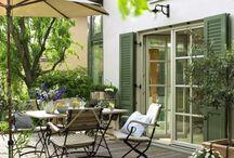Freizeitoase Balkon / Egal, wie klein die Fläche ist: Balkon & Terrasse verdienen eine liebevolle Gestaltung mit hübschen Balkonmöbeln oder edlen Terrassendielen. Besonders wichtig im Sommer: ein effektiver und trotzdem dekorativer Sichtschutz, der für Privatssphäre sorgt. Wir zeigen Euch die besten Einrichtungstipps und Gestaltungstricks für eine gemütliche Freizeitoase.