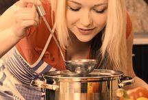 Varecky.cz / VAŘEČKY.CZ - OBCHOD ZAMĚŘENÝ NA VYBAVENÍ VAŠÍ KUCHYNĚ Prodejem spotřebiče naše péče o zákazníka nekončí…. Heslo společnosti Vestavné spotřebiče s.r.o., která Vás srdečně vítá v novém internetovém obchodě, zaměřeném na malé spotřebiče a vybavení Vaší kuchyně. Vařte s námi na maximum a sledujte, jaké horké novinky zde budou postupně přibývat. Recepty najdete na našem novém kulinářském webu pazitka.cz.  Zdraví tým varecky.cz!