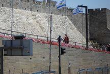 Jerusalem - Israel / Jerusalém (em hebraico: ירושלים, Yerushaláyim; em árabe: القدس, al-Quds; é a capital declarada (mas não reconhecida pela comunidade internacional) de Israel e sua maior cidade2 tanto em população quanto área,3 com 732 100 residentes em uma área de 125,1 km² ou 49 milhas quadradas (incluindo a área disputada de Jerusalém Oriental).1 4 Localizada nas Montanhas da Judeia, entre o mar mediterrâneo e o norte do Mar Morto, a Jerusalém moderna tem crescido aos arredores da cidade antiga.