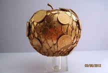 Levitation: apple / съемка в яблоневом саду в коломенском, идея: девушка видит на яблоне со множеством мелких зеленых яблочек на высокой ветке большое золотое яблоко и в полете тянется его сорвать