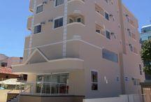 Luisa Palace Hotel - Florianópolis / Localizado na praia de Canasvieiras, no norte da ilha de Santa Catarina, o Luísa Palace Hotel fica a 20 metros do mar. Possui apartamentos modernos e bem decorados, sendo uma excelente opção de hospedagem em Florianópolis.