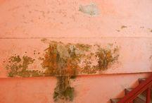 Mengatasi Rembesan Pada Dinding / Mengatasi rembesan pada dinding memang gampang-gampang susah, ikuti tipsnya di  bawah ini untuk mengatasi kelembaban atau rembesan pada dinding secara lengkap.  More: http://blog.propertykita.com/interior/mengatasi-rembesan-pada-dinding/