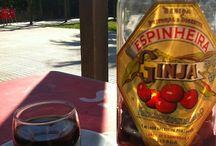 """A Ginjinha do Rossio / L'any 1840, un gallec anomenat Francisco Espinheira,  va decidir fermentar unes """"ginjas"""" (una varietat de la cirera) en aiguardent, barrejant-les després amb sucre, aigua i canyella. Neix la ginjinha al Largo São Domingos, 8 al barri de Rossio (Lisboa). http://ambdestinacioalisboa.blogspot.com.es/2014/03/a-ginjinha-do-rossio.html"""