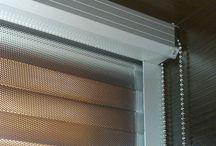 Rolety z folii refleksyjnej-najskuteczniejsza ochrona przed nadmiernym nagrzewaniem / Zalety systemu Multi X41: * skuteczne zatrzymywanie promieniowania świetlnego (redukcja energii cieplnej nawet o 80 %) * skuteczna ochrona przed negatywnymi skutkami promieniowania słonecznego * kontakt z otoczeniem (przy opuszczonej rolecie przejrzysty widok na zewnątrz) * szeroki wybór folii w zależności od stopnia filtracji (10R, 2R, OR), kolorystyki (srebrno-srebrne, srebrno-szare, srebrno-brązowe lub na zamówienie) oraz struktury (gładka z plisowaniem, karbowana, karbowana z plisowaniem)