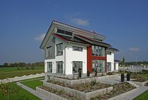 """Musterhaus Style / Das Musterhaus Style von Fertighaus WEISS: Stattliche 220 m² Wohnfläche lassen viel Raum zur Entfaltung individueller Wohnträume. Sein """"High-Tech""""-Innenleben und die konsequente Nutzung regenerativer Energietechniken verleihen dem Haus """"Style"""" das Prädikat """"Plusenergiehaus"""". Neben dem Herz der Haustechnik, einer Sole-Wasser-Wärmepumpe, beherbergt der Technikraum eine kontrollierte Be- und Entlüftungsanlage, eine Zentralstaubsaugeranlage, Regenwassernutzung sowie Elektrotechnik vom Feinsten."""