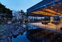 Mass Studies / Dalším vizuálně přitažlivým projektem je řada kaváren a pavilonů roztroušených po skalnatém areálu Muzea čaje, v Seogwang Dawon v Jižní Korei. Pavilony, které vyrostly na čajové plantáži navrhlo architektonické studio Mass Studies.