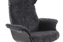 Conform Timeout Relaxsessel / Auf dem Conform Timeout Relaxsessel lässt es sich richtig gut entspannen: Das edle und zurückhaltende Design passt perfekt in jede Einrichtung und sie sind sehr gemütlich. Durch die Return Memory-Funktion dreht sich der Sessel nach dem Aufstehen immer wieder in die Ausgangsposition zurück. Der Conform Timeout Sessel und Hocker sind in vielen verschiedenen Bezügen (Stoffe, Leder oder Schaffell), Sitzschalen (Eiche, Walnuss oder Vollposter), Füßen und Höhen erhältlich. lebensart-moebel.de