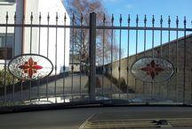 Schmiedeeisentor mit bunten Bleiglasfenstereinlagen / http://at.sooscsilla.com/portfolio/schmiedeeisentor-mit-bunten-bleiglasfenstereinlagen/ http://at.sooscsilla.com/herstellung-von-bleiglasfenster-und-bleiglastueren-fuer-privat-und-unternehmen/