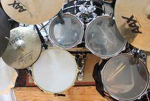 Schlagzeug Sets & Drum Kits / Tolle Schießbuden gibt es überall auf der Welt! Hier werden solche Schlagzeug Sets & sehenswerte Drum Kits angepinnt. Wenn Du selber ein paar tolle Schnappschüsse gefunden hast, dann darfst Du gern mitpinnen. Bewirb Dich unter info(at)sticktricks(pkt)de.  *Auf diesem Board werden auch Pins mit Affiliate,- bzw. Provisionslinks gepostet.