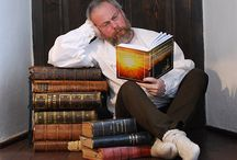 """Šumavská čítárna / Jaroslava Pulkrábka znají jistě mnozí z regionálních médií a také jako autora šumavských pověstí a bájí, které vycházejí pátým rokem v Prachatickém Deníku a jejichž výbor vyšel ve volarském nakladatelství DriftBooks jako e-kniha pod názvem """"Šumavské povídání aneb Co se do kronik nevešlo"""". A tak asi nebude překvapením, že v našem nepravidelném knižním seriálu nabídne Jaroslav Pulkrábek svůj pohled především na literaturu, která má nějakou spojitost se Šumavou..."""