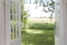 okna, dveře, záclony