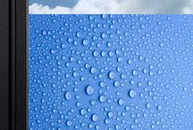 Le décor de fenêtre : film décoratif fenêtre brise-vue film intimité vitre / Film pour vitrage, film d'intimité, brise-vue décoratif, le décor de fenêtre est occultant mais translucide. Réalisé à partir d'un support spécifique qui adhère au vitrage sans colle, il ne laisse aucune trace.    Il se place très facilement, se repositionne à l'infini et ne forme pas de bulles.  100% recyclable, il contribue également à une meilleure protection de l'environnement