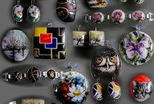 biżuteria hand made twórczość - Bożena Kobiela - biżuteria z  ręcznie malowaną porcelaną / Ozdoby z mojej kolekcji - ręcznie malowana porcelana - oprawa srebro ( 925 ) . Tą wyjątkową biżuterię dedykuję paniom z klasą , wrażliwym na sztukę , piękno , ceniące sobie indywidualizm . Biżuteria cieszy się dużym uznaniem i zainteresowaniem . Doceniana jest za jej wyjątkowy charakter , jakość wykonania , tematykę , trwałość i niepowtarzalność .Więcej na stronie z moją twórczością www.kobiela.sgl.pl  serdecznie zapraszam - Bożena Kobiela