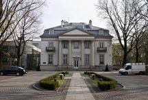 Kraków - Pałac Mańkowskich / Pałac Mańkowskich w Krakowie wzniesiony został w latach 1901–1903 według projektu Józefa Sowińskiego i Władysława Kaczmarskiego dla dr Leona Mańkowskiego – indianisty i wykładowcy sanskrytu. Po II wojnie światowej pałac był siedzibą wojewodów krakowskich; w latach 1950–1990 mieścił Muzeum Lenina. Decyzją prezydenta miasta z 28 lutego 1990 roku Muzeum Lenina przestało istnieć; rok później pałac zwrócono prawowitemu właścicielowi. Obecnie jest siedzibą Wojewódzkiego Sądu Administracyjnego.