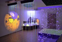 Salles snoezelen / Les environnements multi sensoriels permettent de cibler les stimulis sens par sens de nos malades.  Effets lumineux, jeux de couleurs, jeux de sons, jeux de musiques, jeux de parfums, textures différentes.