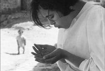 René Burri 1933-2014 / Photographe suisse, né et mort à Zurich à 81 ans. Photographie alors presque tous les grands événements de l'époque : la guerre de Corée puis celle du Viêt Nam, la crise de Cuba et l'Amérique latine (où il photographie notamment Che Guevara et Fidel Castro), les bouleversements économiques et culturels en Chine, en Amérique du Sud ou en Europe. C'est un témoin de l'histoire qui veut restituer sa propre vision du monde. Membre de l'agence Magnum depuis 1959.