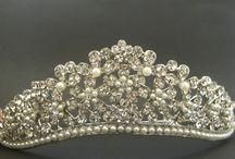 Noivas / Tiaras, Coroas, Presilhas, Broches, modernos, clássicos, românticos, fashion, para todos os estilos !  www.lojabenditoacessorio.com.br