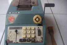 DJUAL MESIN HITUNG OLIVETTI KUNO / Mesin hitung ini di disaign oleh Marcello Nizzoli di tahun 1949, dan mulai diproduksi di tahun 60-an. Mesin semacam ini sering dipakai di kantor pemerintahan hingga 1980-an. mesin ini tanpa perlu baterai tanpa listrik, karena semua mekaniknya manual.