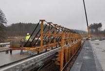 """Wiadukt WS02A w ciągu drogi S3 / W ciągu drogi ekspresowej S3 odcinek Międzyrzecz – Świebodzin, nad terenami obszaru """"Natura 2000"""", powstaje dwunitkowy wiadukt WS02A o długości 720 m. Nasza firma zaprojektowała i dostarczyła specjalny układ deskowań, umożliwiający realizację kolejnych segmentów ustroju nośnego w technologii nasuwania podłużnego a także wózki szalunkowe do realizacji kap chodnikowych, które są obecnie wykonywane."""