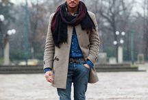 BASELINE CASUAL UOMO / Niente regole, ma di certo non è lo stile ammesso negli ambienti dirigenziali. I jeans la fanno da padroni, ma devono essere scuri, curati e di qualità. Si accoppiano perfettamente con i mocassini o le sneakers. Il mantra da non dimenticare mai: ogni singolo capo deve essere pulito, non deve essere sciupato e deve essere della taglia giusta.