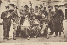Belgische vluchtelingen in Middelburg 1914-1918 / In augustus 1914 vallen Duitse troepen België binnen. Een grote stroom Belgische vluchtelingen trekt naar het noorden. Velen komen in Middelburg terecht. Aanvankelijk moeten ze zelf voor onderdak en eten zorgen, maar al snel worden hulpprogramma's en geldinzamelingsacties op touw gezet. Een ervan is de verkoop van een set van 8 ansichtkaarten van Belgische vluchtelingen en militairen die in 1914 in Middelburg verbleven. * #WW1archives | #WW1 | #WO1