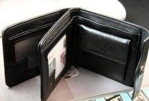 Dámske kožené peňaženky / Dámske kožené peňaženky. Dámska kožená peňaženka je nevyhnutným doplnkom každej ženskej kabelky. Ponúkame vám lakované peňaženky, kožené peňaženky, peňaženky z eko kože, syntetické peňaženky, textilné peňaženky, luxusné a moderné peňaženky z rôznych látok. U nás si vyberie každý