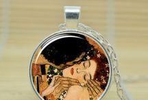 Ručná výroba / Ručne vyrábané náramky, prívesky a iné doplnky s maľbou svetoznámych umeleckých diel. Maľované kožené náramky, prívesky a doplnky s krásnymi maľbami od Gustava Klimta, Leonarda da Vinciho a iných svetoznámych maliarov. Krásne prívesky, náramky a doplnky z kože, ručná výroba a nádherná maľba. Každý náramok, prívesok a doplnok je umelecké dielo, je niečím jedinečný a originálny. Potešte seba alebo svojho blízkeho nádherným náramkom alebo príveskom z kože.