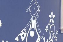 Equipamiento escolar / Complementa tu escuela con un equipamiento que nos ayudan a crear un espacio adecuado: alegre, divertido, relajante, llamativo,… Dale tu toque personal con divertidas y coloridas papeleras, puertas, carteleras,… También encontrarás vinilos y fotomurales, con una amplia selección de imágenes y dibujos que podrás añadir a tus paredes o muebles.