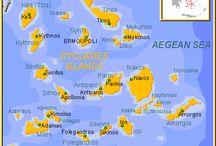 1. E//Grecia//Cyclades islands / Las islas griegas Cycladas (Cícladas) son las siguientes: Kea, Kithnos, Serifos, Sifnos, Milos, Kimolos, Siros (Syros), Paros, Antiparos, Naxos, Andros, Tinos, Mykonos (Miconos o Mikonos), Delos (Dilos), Ios, Folegandros, Sikinos, Anafi, Amorgos, las pequeñas Cicladas (Donousa y Kufonisia), y Santorini (Thira o Fira).