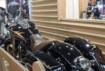 Custom / iù di 350 metri quadrati di bike show, per ospitare le numerose moto in concorso per i concorsi organizzati dalla rivista Lowride e da Custom Chrome.