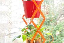 """Urban Farm 'Drilling' / Die Urban Farm 'Drilling'  ist ein geschmeidiges Pflanzenregal in pfiffigen 70s Farben.  Hochwertiges Design trifft hier auf Urban Gardening - designed by urban kraut.  Das Scherenregal lässt sich ganz einfach auf der Fensterbank oder in der Küche aufstellen. Die Böden werden in das zierliche Blumenregal """"geklippt"""" und stabilisieren zusammen mit den Flügelmuttern das Regal. Zusammengeklappt ist das zierliche Aluminium-Regal in etwa so groß und schwer wie ein dickes Buch."""