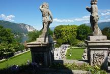 Giardini/Gardens / I nostri meravigliosi giardini, dove i visitatori possono ammirare innumerevoli specie botaniche. Collezioni rarissime, alcune delle quali uniche in Europa, acclimatate dopo un lungo lavoro creano una cornice di bellezza tra laghi e monti. Scoprili tutti!