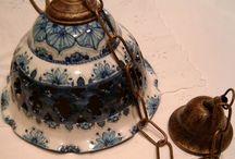Piccolo lampadario in ceramica,foggiato al tornio,traforato e dipinto a mano.