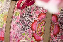 Oilily / Ontdek Oilily's eindeloze tassencollectie. Of je nu een handtas kiest of een verzorgingstas, een Oililytas is een sieraad voor je outfit. De grote collectie tassen van Oilily zijn uitgevoerd in allerlei verschillende, kleurrijke prints. Geef je outfit een originele finishing touch met Oilily!