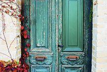 Puertas, las puertas del mundo / Los límites invisibles y visible entre lo público y lo privado; entre afuera y adentro. Una llave sin puerta no tiene sentido.