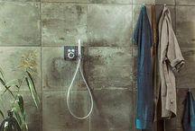Grace Deluxduschar / Grace Duschhörnor är en lyxig duschlösning för dig som söker något utöver det vanliga. Den minimalistiska designen på Grace tilltalar många i form och uttryck. Med vägghängda gångjärn utan synliga skruvar skapar den ett lyxigt badrum med stora glasytor utan profiler. Grace finns i en mängd olika utföranden med möjlighet att matcha de vackra beslagen med duschset i våra nya färgkulörer svartkrom och guld.