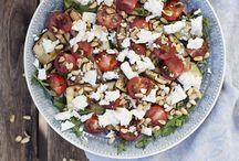 Sommarmat / Det är gott och lätt att äta säsongsanpassat under sommaren.   Några råvaror i säsong: jordgubbar, blåbär, vinbär, hallon, krusbär, rabarber, tomater, gurka, blomkål, broccoli, ärter, bönor, spenat, mangold, nypotatis, rödbeta, rova, morot, abborre, braxen, flundra, mört, gös och kräftor.